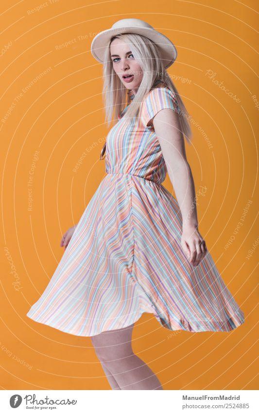 Junge Frau tanzt Lifestyle Stil schön Schminke Sommer Erwachsene Lippen Mode Bekleidung Kleid Sonnenbrille Hut blond Coolness trendy retro gelb Farbe Model