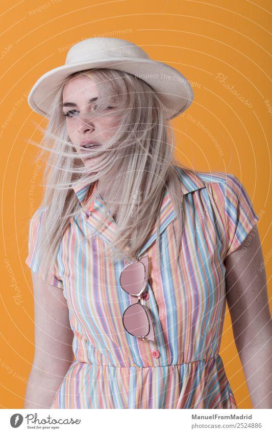 Porträt einer jungen Frau Lifestyle Stil schön Schminke Sommer Erwachsene Lippen Wind Mode Bekleidung Kleid Sonnenbrille Hut blond Coolness trendy retro gelb