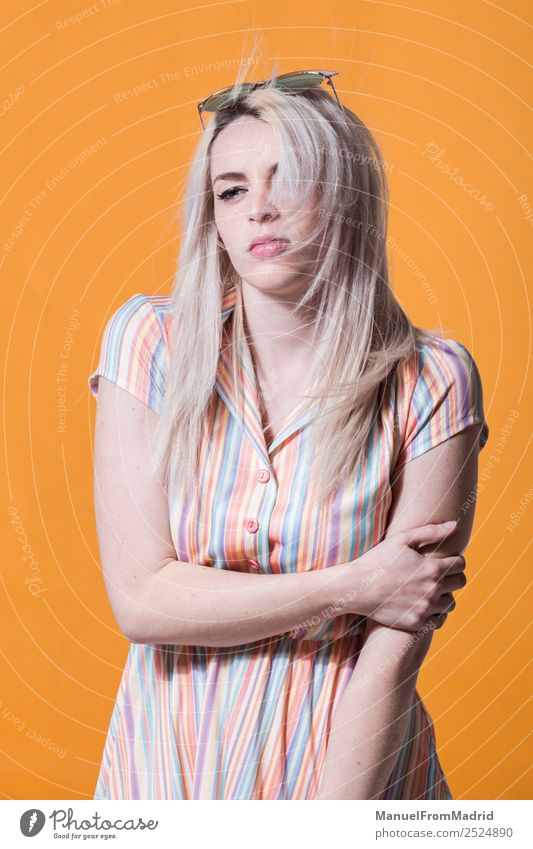 Junge Frau posierend Lifestyle Stil schön Schminke Sommer Erwachsene Lippen Wind Mode Bekleidung Kleid Sonnenbrille Hut blond Coolness trendy retro gelb Farbe