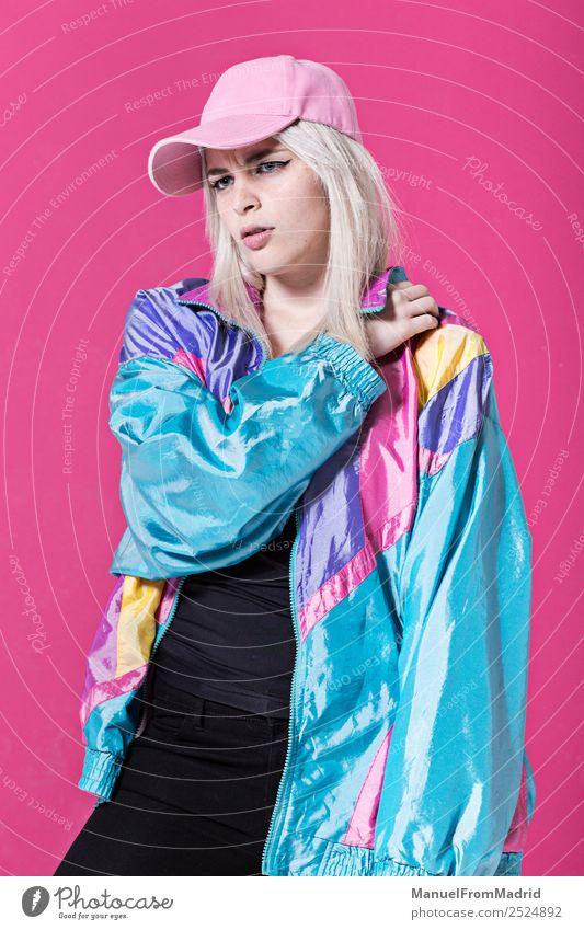 Stilvolle junge Frau posierend Lifestyle schön Schminke Erwachsene Mode Bekleidung retro verrückt Stimmung Coolness Kraft 80s rosa Hintergrund Beute Teenager