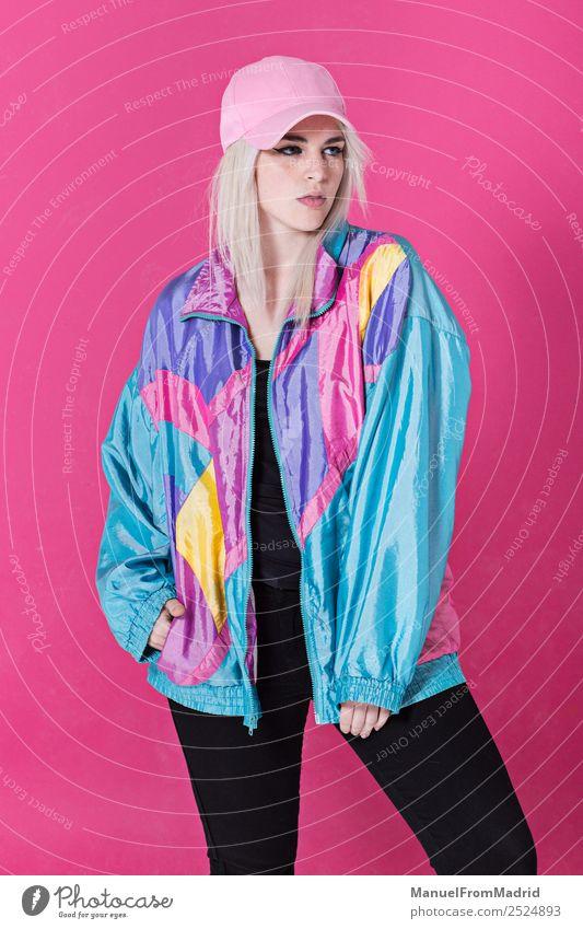 Stilvolle junge Frau posierend Lifestyle schön Schminke Erwachsene Mode Bekleidung retro verrückt Coolness ästhetisch Kitsch 80s rosa Hintergrund Beute Teenager