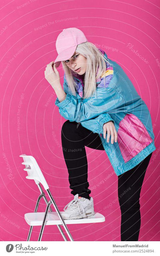 Stilvolle junge Frau posierend Lifestyle schön Schminke Stuhl Erwachsene Mode Bekleidung retro verrückt Coolness 80s rosa Hintergrund Beute anlehnen Teenager