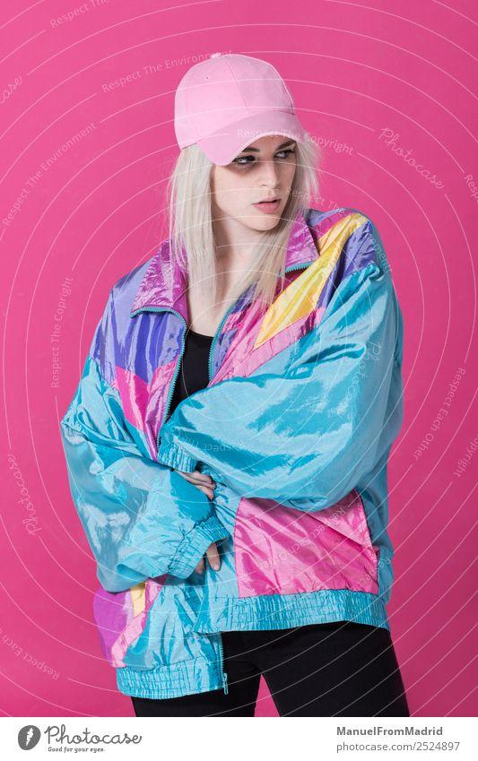 Stilvolle junge Frau posierend Lifestyle schön Schminke Erwachsene Mode Bekleidung authentisch Coolness retro verrückt 80s rosa Hintergrund Beute Teenager