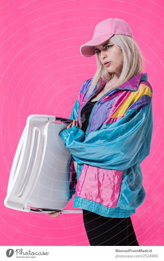 Stilvolle junge Frau posierend Lifestyle schön Schminke Erwachsene 18-30 Jahre Jugendliche Mode Bekleidung retro verrückt selbstbewußt Coolness 80s