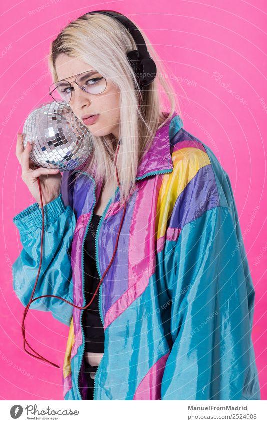 Junge stilvolle Frau, die mit einer Discokugel posiert. Freude schön Spiegel Musik Club Erwachsene Kunst Tänzer Bekleidung hören Lächeln trendy modern niedlich