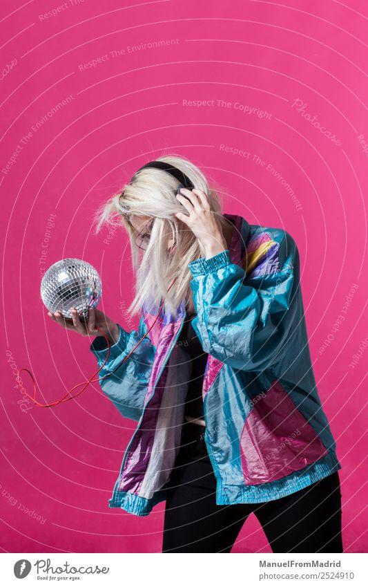 Frau, die mit einer Discokugel tanzt. Freude schön Spiegel Musik Club Erwachsene Kunst Tänzer Bekleidung hören Lächeln trendy modern niedlich retro verrückt