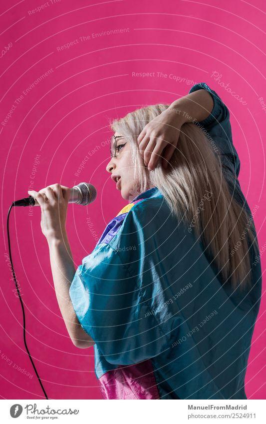 junge Frau singt Freude schön Spiegel Musik Club Disco Erwachsene Kunst Tänzer Sänger trendy modern niedlich retro schwarz Coolness einzigartig Freizeit & Hobby