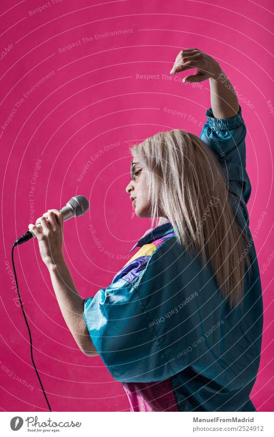 junge Frau singt Freude schön Spiegel Musik Club Disco Junge Frau Jugendliche Erwachsene 1 Mensch 18-30 Jahre Kunst Tänzer Sänger trendy modern niedlich retro