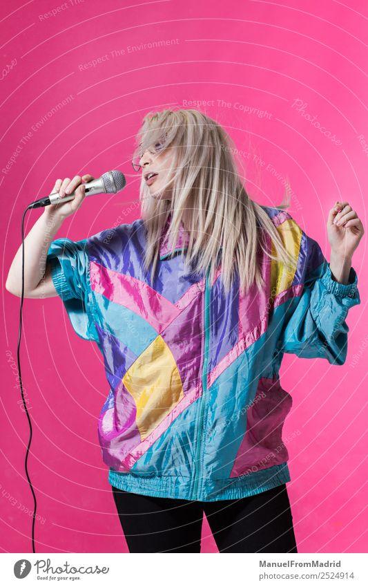 junge Frau singt Freude schön Spiegel Musik Club Disco Erwachsene Kunst Tänzer Sänger trendy modern niedlich retro schwarz Stimmung Fröhlichkeit Tatkraft