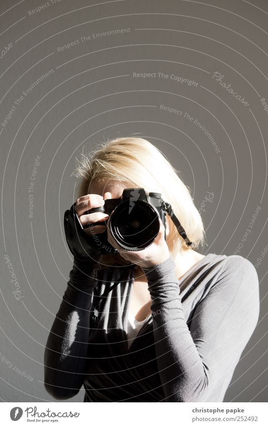 Schuss-Gegenschuss Freizeit & Hobby Fotografieren Fotokamera Technik & Technologie Junge Frau Jugendliche 1 Mensch 18-30 Jahre Erwachsene Medien blond