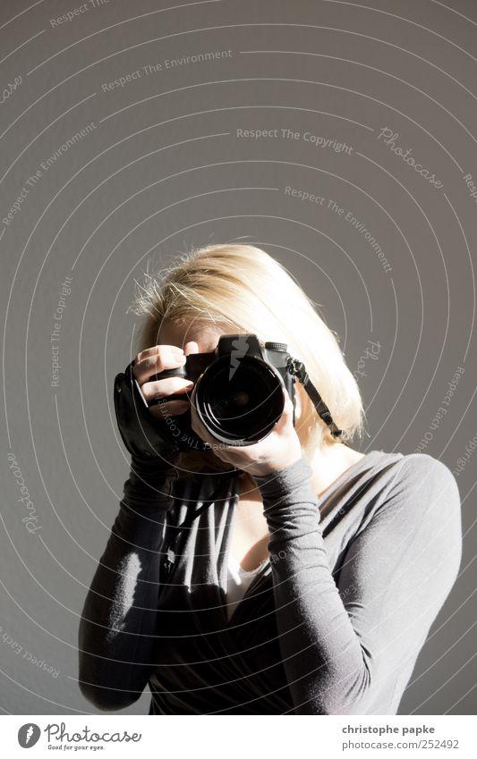 Schuss-Gegenschuss Mensch Jugendliche Erwachsene Freizeit & Hobby blond Fotografie Technik & Technologie Fotokamera Medien 18-30 Jahre Junge Frau Fotografieren