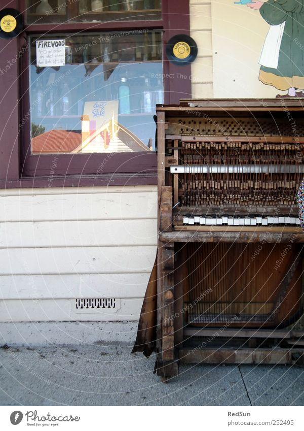 eine Sache der Pflege Klavier Straßenmusik Straßenrand Musik Musikinstrument Holz Tasmanien Spielen alt kaputt Verfall Zerfall verwittert Farbfoto Außenaufnahme