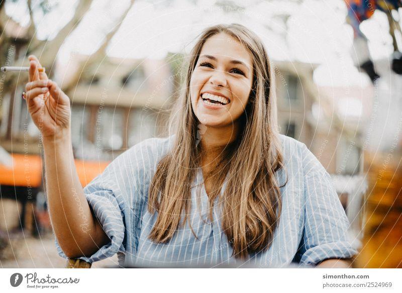 Lachen Mensch schön Freude Lifestyle Liebe feminin Stil Glück Haare & Frisuren Zusammensein Stimmung Freundschaft Zufriedenheit elegant Fröhlichkeit