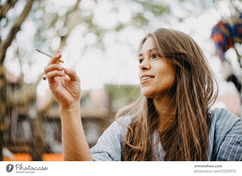 Lifestyle Reichtum Stil Flirten feminin 1 Mensch sprechen Duft Erholung genießen Lächeln Liebe Rauchen leuchten träumen warten authentisch Coolness frei