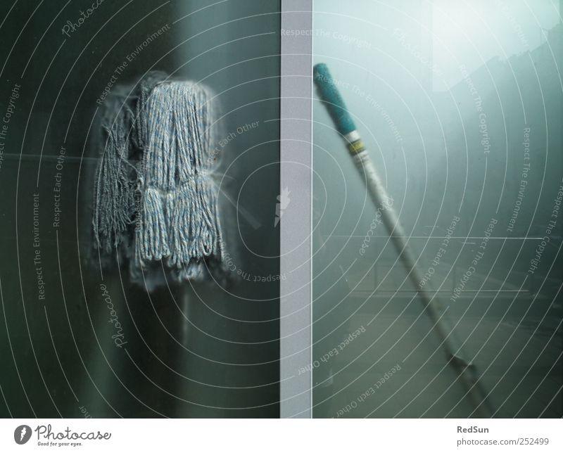 MOppING Reinigen Wischmopp Dienstleistungsgewerbe dreckig Sauberkeit blau grau Armut Wischen Milchglas Farbfoto Gedeckte Farben Außenaufnahme Menschenleer
