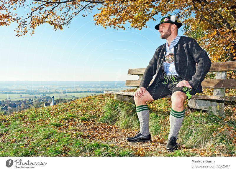 Bayrischer Herbst Mensch Himmel Mann Baum Blatt Erwachsene Erholung Herbst Wiese Gras Stil Horizont warten maskulin Lifestyle Bekleidung