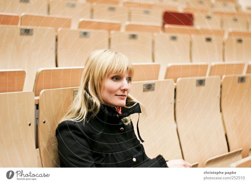 Studentin Mensch Jugendliche Einsamkeit feminin blond sitzen lernen Studium Bildung Student Wissenschaften Langeweile Junge Frau Hörsaal Unlust