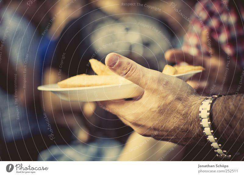 Pommes! Lebensmittel Ernährung Essen Fastfood Fingerfood Teller Hand 1 Mensch Menschengruppe Erholung Stimmung Zufriedenheit Freundschaft Armbanduhr ungesund