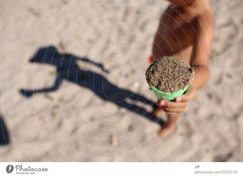 Sand und Schatten Lifestyle Freizeit & Hobby Spielen Kinderspiel Ferien & Urlaub & Reisen Sommerurlaub Sonne Sonnenbad Strand Mensch Gefühle Stimmung Freude