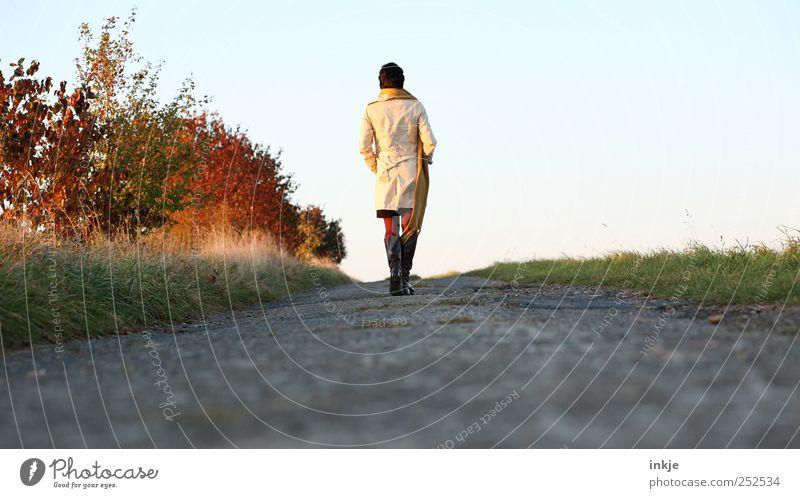 Herbstspaziergang II Lifestyle Leben Wohlgefühl Freizeit & Hobby Spaziergang Freiheit Mensch Erwachsene 1 Sträucher Feld Fußweg Mantel Schal Stiefel Erholung