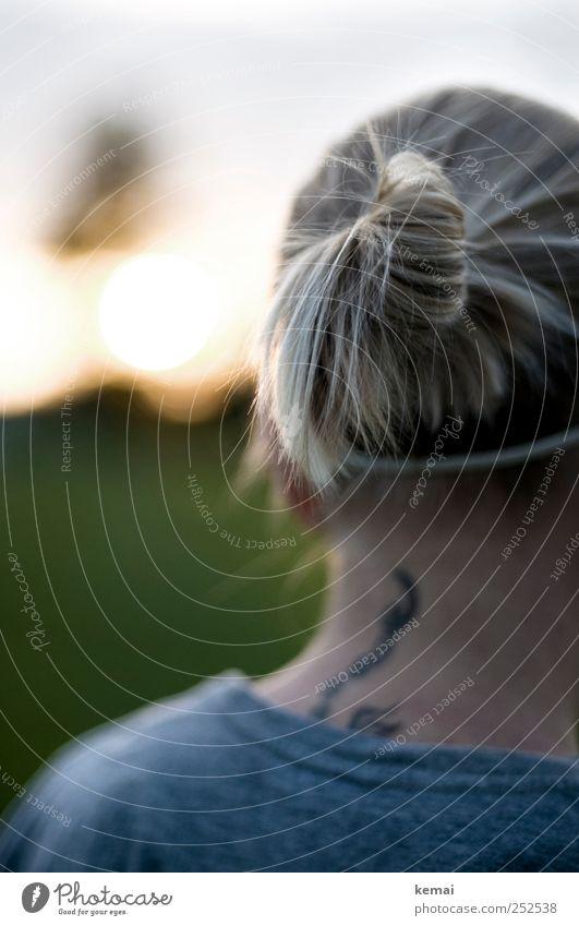 Sportfrisur (II) Mensch Jugendliche Erwachsene dunkel Leben Kopf Haare & Frisuren blond Freizeit & Hobby 18-30 Jahre Junge Frau Tattoo Hals langhaarig Nacken