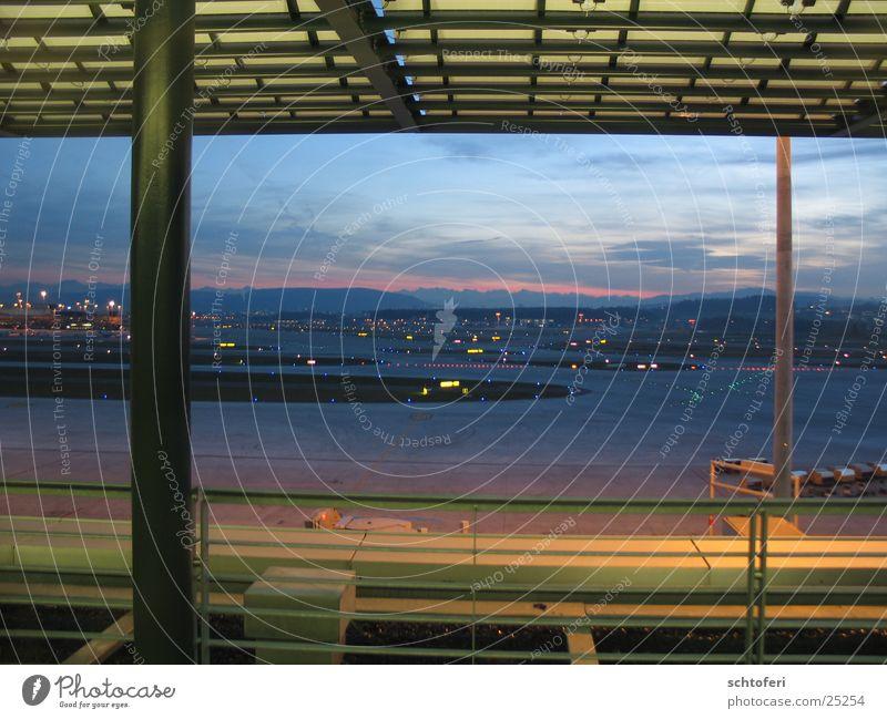 Fernweh Ferien & Urlaub & Reisen Architektur Flugzeug fliegen Aussicht Flughafen Fernweh Abenddämmerung Abheben Plattform Abendsonne