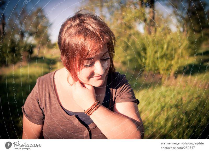 Spätsommer in den Haaren Mensch Frau Natur Jugendliche Sonne Sommer Erwachsene Erholung Umwelt Leben Wiese feminin Haare & Frisuren Glück Garten Freundschaft