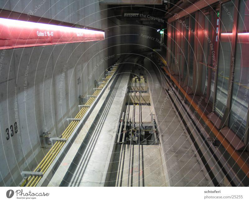Kabel-Metro Tunnel Seilbahn Unendlichkeit planlos Zukunft Verkehr U-Bahn Eisenbahn Eisenrohr Ziel Loch Güterverkehr & Logistik