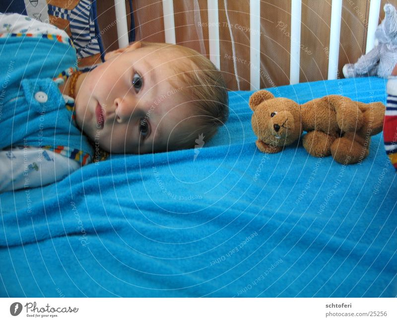 boy_and_bear Kind Mann Junge Denken Freundschaft Baby Zufriedenheit Sicherheit Bett Partner Spielzeug Geborgenheit ernst Bär Teddybär aufwachen
