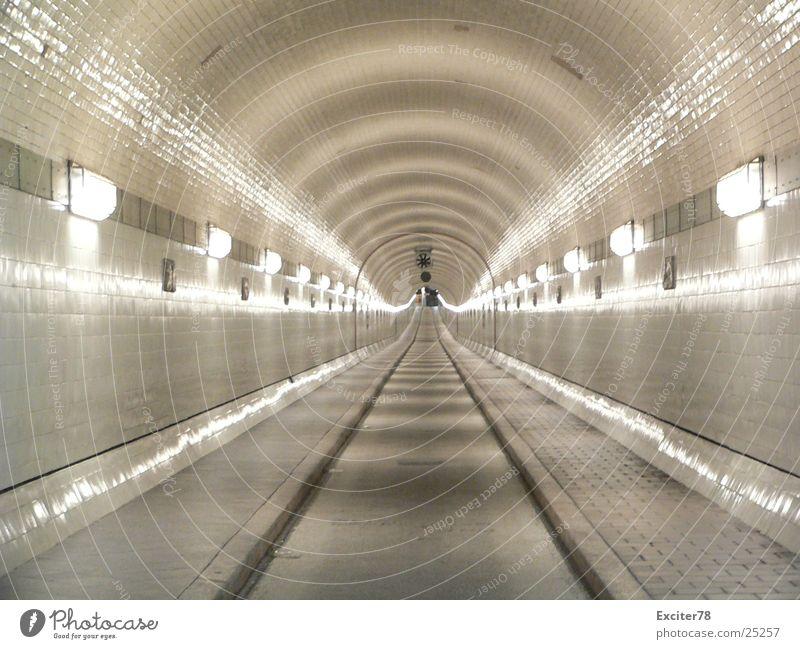 alter Elbtunnel Hamburg Straße Lampe Fliesen u. Kacheln historisch Fluchtpunkt Tunnelblick Sankt Pauli-Elbtunnel