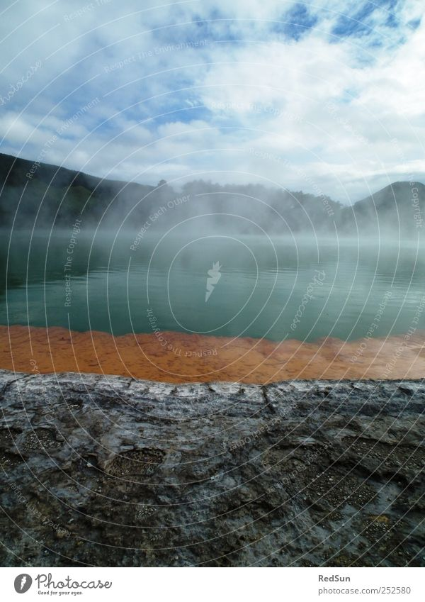 Die Chemie stimmt. See Natur Wasser Nebel leuchten blau Farbe orange Gift Gas Farbfoto mehrfarbig Außenaufnahme Menschenleer Textfreiraum oben