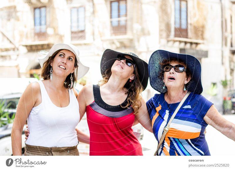 Drei Frauen, die auf die Straße schauen. Freude Glück Garten Mensch Erwachsene Mutter Großmutter Familie & Verwandtschaft Freundschaft Jugendliche