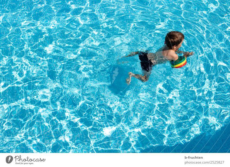 Kind mit Schwimmreifen im Pool Leben Schwimmbad Schwimmen & Baden Freizeit & Hobby Ferien & Urlaub & Reisen Freiheit Sommer Wasser lernen frisch Gesundheit blau