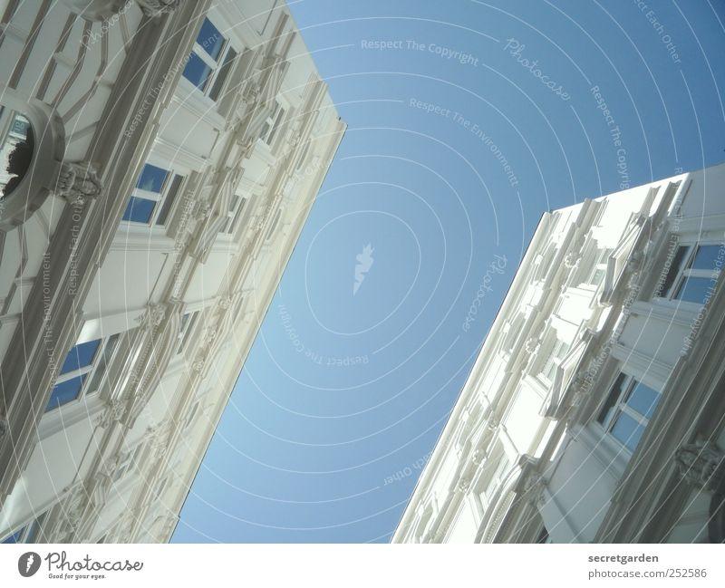 himmel und hölle blau weiß Fenster Architektur Gebäude hell Fassade verrückt Dekoration & Verzierung Bauwerk Schlucht graphisch Altbau Wolkenloser Himmel