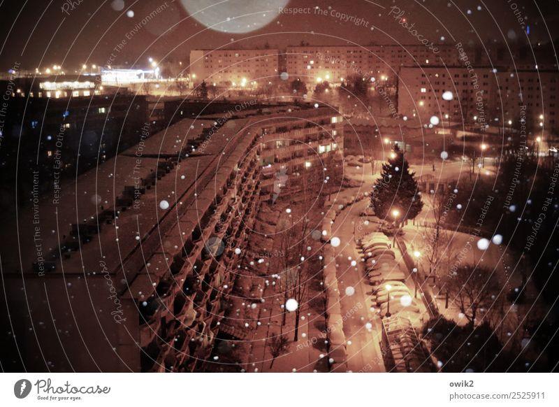 Nur geträumt Stadt Haus ruhig Winter Straße kalt Schnee Bewegung Gebäude Deutschland Schneefall PKW Schönes Wetter Straßenbeleuchtung Gelassenheit Stadtrand