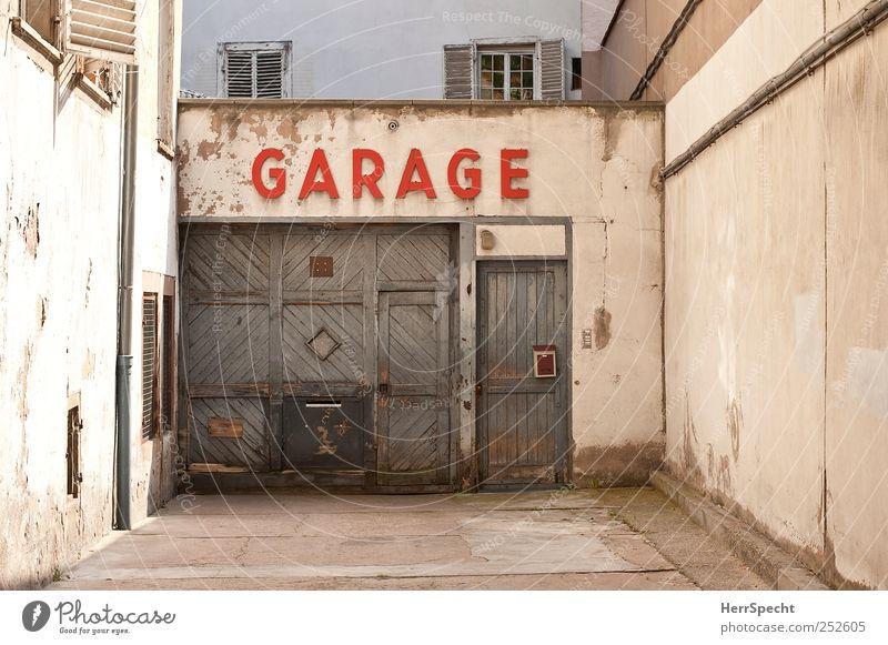GARAGE alt Stadt rot Haus Wand grau Mauer Gebäude braun Fassade Schriftzeichen authentisch Autotür Tor Werkstatt Stadtzentrum