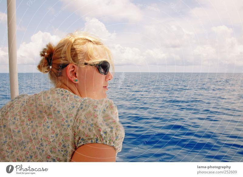 Sonnige Aussichten Frau Mensch Jugendliche blau Sommer Ferien & Urlaub & Reisen Meer Wolken Ferne Erholung Erwachsene Wellen Zufriedenheit Ausflug 18-30 Jahre