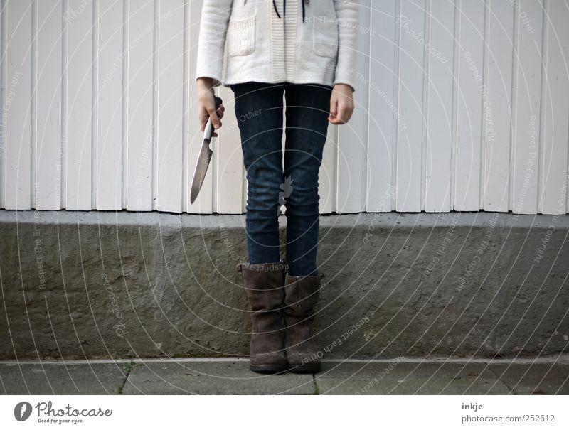 kopflose Jugend II Mensch Kind Jugendliche Mädchen Wand Leben Gefühle Holz Mauer Kindheit außergewöhnlich wild warten Beton verrückt stehen