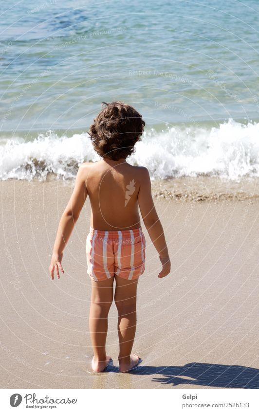 bezaubernder Junge, der am Strand vor weißem Hintergrund spielt. Freude Glück schön Schwimmbad Spielen Ferien & Urlaub & Reisen Ausflug Sommer Sonne Meer Kind