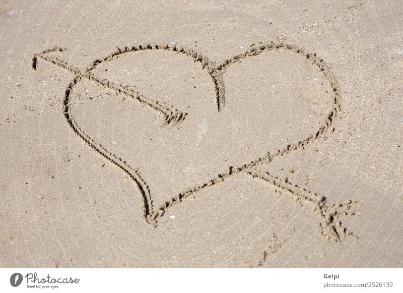 Auf Sand gezogenes Herz für den Tag des Heiligen Valentins schön Sommer Strand Meer Küste Liebe zeichnen schreiben nass gold Gefühle Leidenschaft Romantik