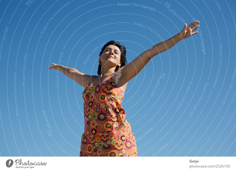 Foto von einer Frau, die sich mit dem Himmelshintergrund entspannt. Lifestyle Freude Glück Erholung Spielen Ferien & Urlaub & Reisen Freiheit Sommer Erfolg