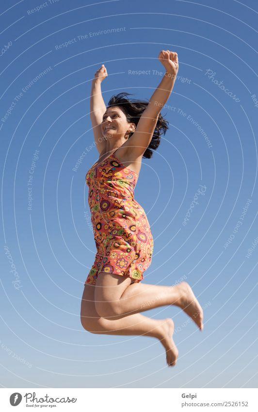 Schönes Mädchen, das über den Himmel springt. Freude Glück Gesicht Freizeit & Hobby Ferien & Urlaub & Reisen Tanzen Sport Erfolg Mensch Frau Erwachsene Arme