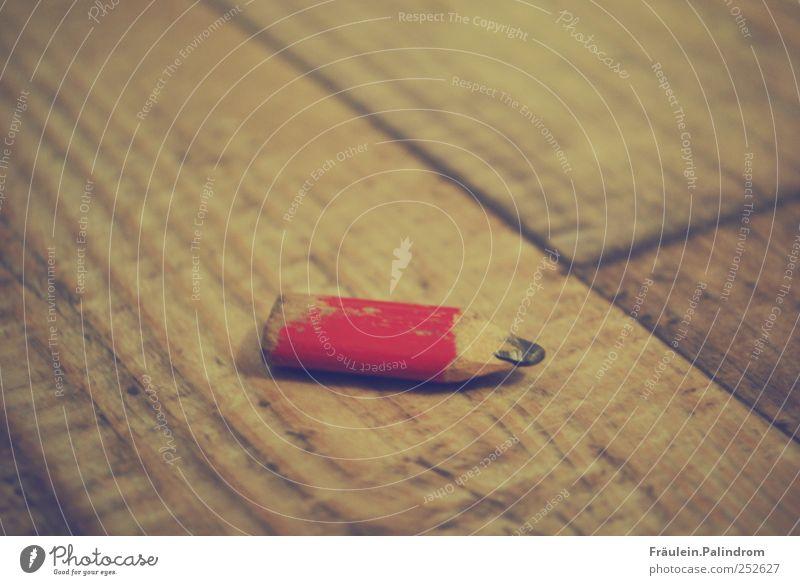Fleißiger Gehilfe. alt rot Holz klein Linie Kunst liegen Innenarchitektur Schriftzeichen Hilfsbereitschaft Boden Pause Spitze schreiben malen zeichnen