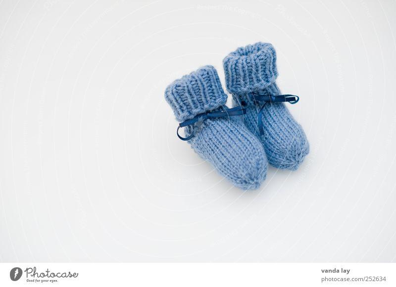 Its a boy blau Glück Fuß Kindheit Schuhe Baby Geburtstag Geschenk Zukunft Sicherheit niedlich Strümpfe Textfreiraum Geborgenheit