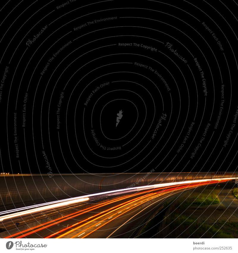 gUtenacht Verkehr Straße Autobahn Linie leuchten Beleuchtung Lichtstreifen Nachtaufnahme Verkehrswege Außenaufnahme Langzeitbelichtung Starke Tiefenschärfe
