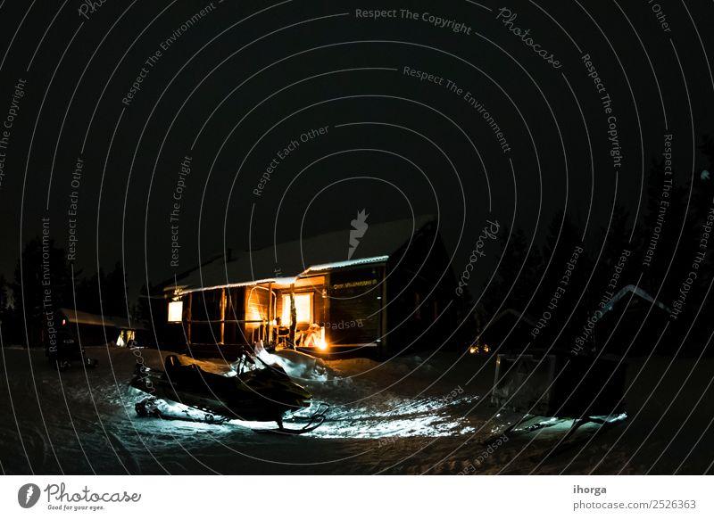 Holzhütte im Schnee bei Nacht Winter Haus Traumhaus Landschaft Schneefall Hütte hell Idylle Frost heimwärts Szene Farbfoto Außenaufnahme Menschenleer Kunstlicht