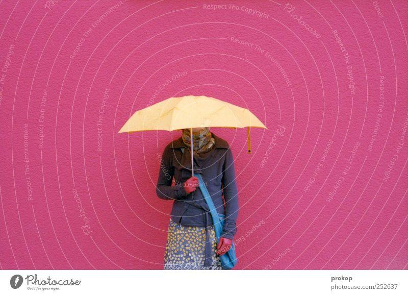 Farbfoto Frau Mensch Jugendliche schön Freude feminin Erwachsene Stil Traurigkeit Stimmung Mode Freizeit & Hobby rosa warten Lifestyle stehen