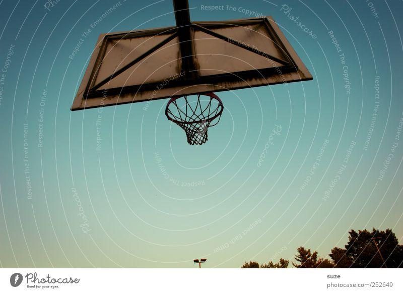Spielplatz Sport Umwelt Himmel Wolkenloser Himmel blau Basketballkorb Sportgerät Farbfoto Gedeckte Farben Außenaufnahme Menschenleer Textfreiraum unten