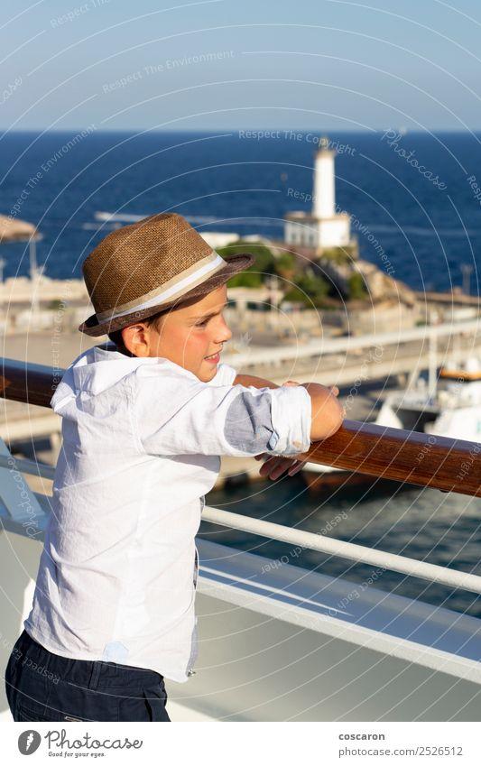 Kleines Kind, das vom Geländer einer Kreuzfahrt auf das Meer schaut. Lifestyle Freude Glück schön Leben Ferien & Urlaub & Reisen Sommer Sonne Strand Mensch