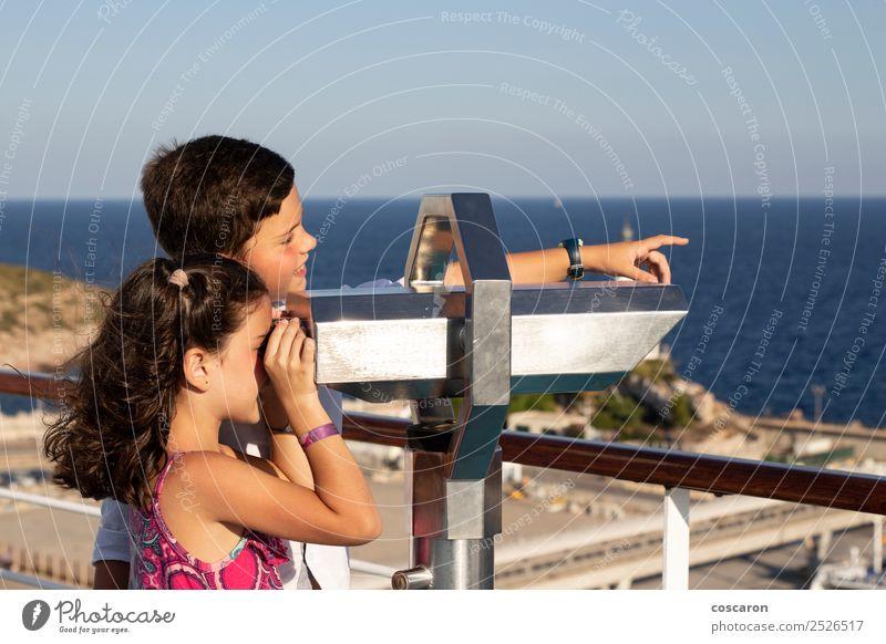 Junge und Mädchen mit einem Fernglas im Freien Freude schön Freizeit & Hobby Tourismus Abenteuer Safari Meer Kind Frau Erwachsene Mann Schwester Freundschaft